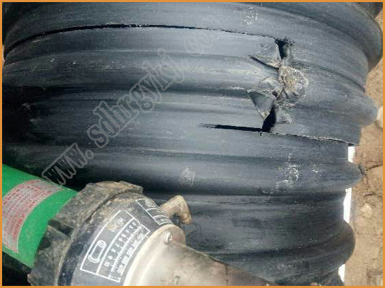 装车时受损的聚乙烯双壁波纹管